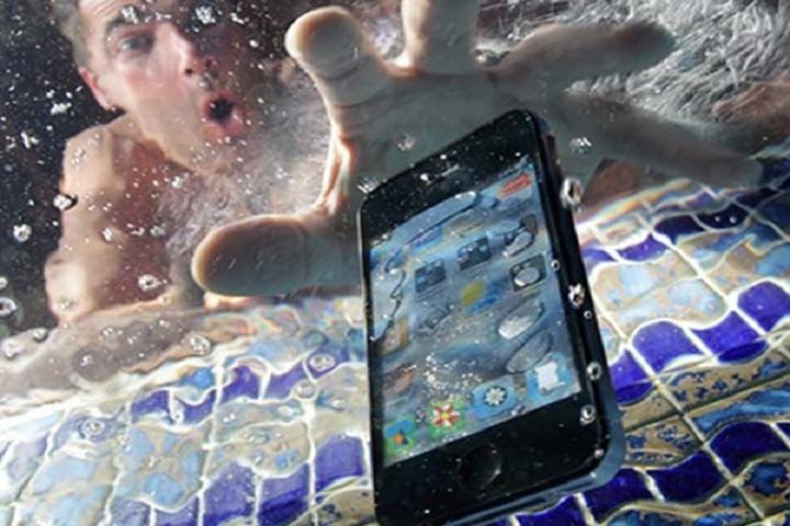 Cellulare in acqua, ecco cosa fare